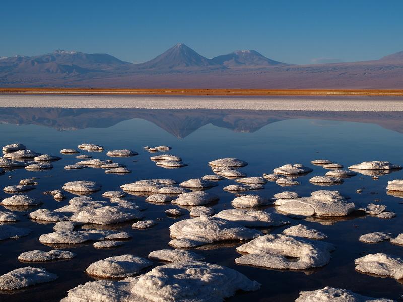 Salar de Atacama und mit Vulkan Licancabur
